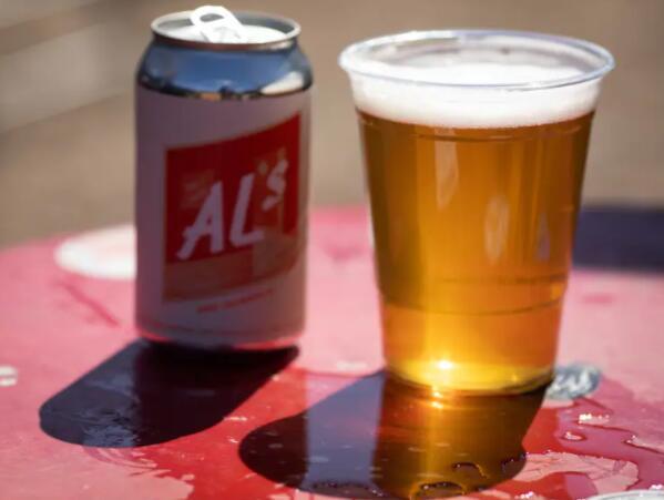 当潜水酒吧的球迷停止喝酒时 他开始制作值得庆祝的非酒精啤酒