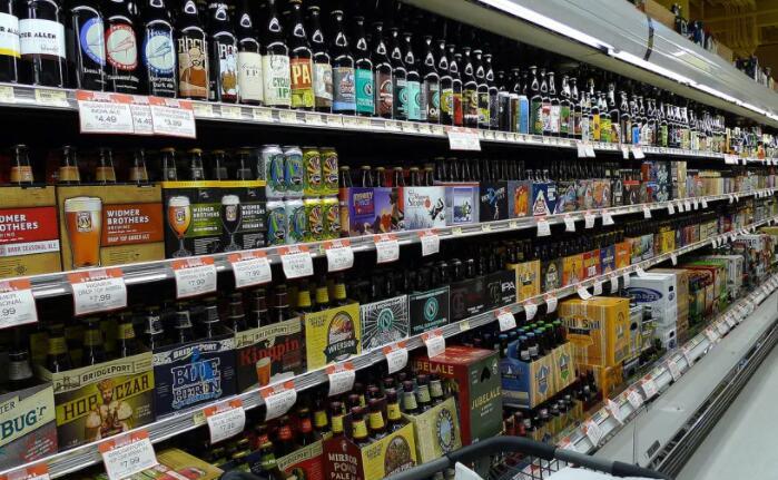 在杂货店挑选合适啤酒的木屐指南