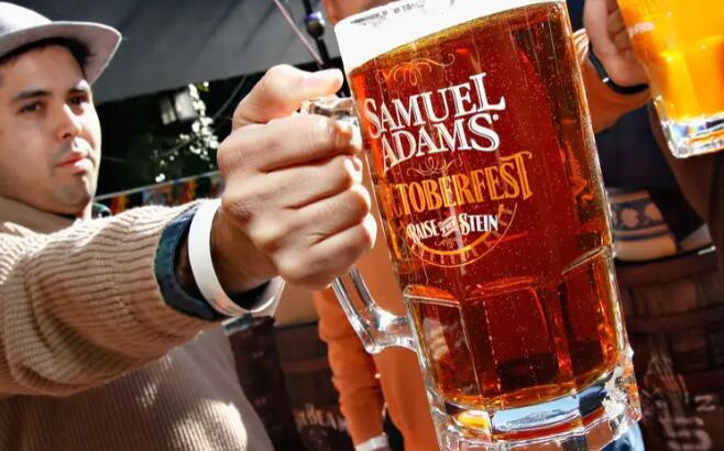 通过塞缪尔·亚当斯的促销活动 接种疫苗的人可以获得免费啤酒钱