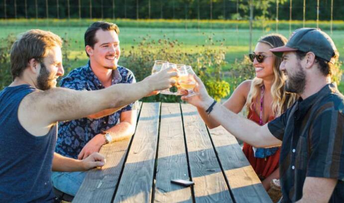 欣赏美景酿造的啤酒:与春天相得益彰的啤酒花园和酒吧