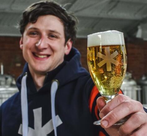 三声欢呼寒冷小镇有杯新啤酒