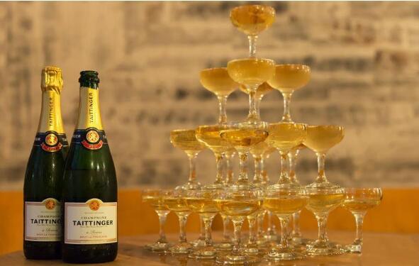 酒知识:香槟塔怎么摆需要多少个杯子,叠罗汉方式摆至少需要20个香槟杯