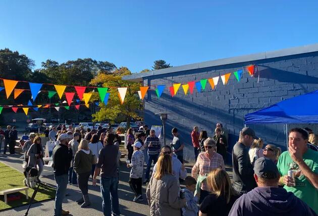 伯灵顿袖珍公园啤酒花园吸引了大量人群