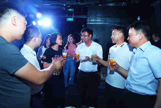 原浆啤酒:燕京啤酒重磅推出V10精酿白啤 高端阵营再添劲旅